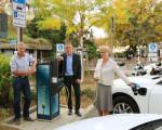 """Oberbürgermeisterin Angelika Matt-Heidecker weihte zusammen mit den Geschäftsführern der Energie Kirchheim unter Teck GmbH & Co. KG, Martin Zimmert (l.) und Stefan Herzhauser, die """"Tanke"""" am Rossmarkt ein."""