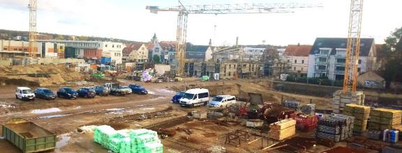 Der Blick von der Aussichtsplattform am Steingauquartier auf die Kräne, Baufahrzeuge und Baugruben der Baustelle.