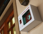Der Defibrillator rechts neben dem Haupteingang des Rathauses