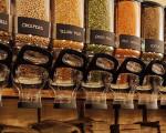 Lebensmittelladen mit Spendern zum Selbstabfüllen