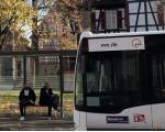 Bus an der Bushaltestelle Martinskirche