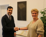 Oberbürgermeisterin Angelika Matt-Heidecker begrüßt den neuen Integrationsbeauftragten Ali-Babak Rafipoor in der Stadtverwaltung.