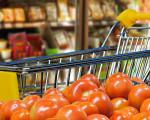 Einkaufswagen im Supermarkt, im Vordergrund Tomaten