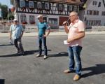 Siegbert Spies (Geschäftsführer infra-teck GmbH), Oberbürgermeister Dr. Pascal Bader und Erster Bürgermeister Günter Riemer am 1. August bei der öffentlichen Baustellenbegehung in der Ortsmitte Ötlingen.