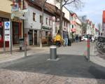 An der Kreuzung Dettinger Straße / Ziegelstraße regeln versenkbare Poller die temporäre Fußgängerzone