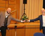 Giacomo Mastro (links) wird von Oberbürgermeister Dr. Pascal Bader zu seiner neuen Stelle als Ortsvorsteher von Nabern beglückwünscht.