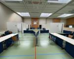 Ein Blick auf die für die Impf-Aktion vorbereitete Sporthalle mit ihren zwei Impf-Straßen.