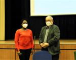 Die eintretende Ortschaftsrätin Dr. Antonia Coppin-Renz wird von Ötlingens Ortsvorsteher Hermann Kik verpflichtet.