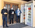 Foodsaver Heiko Weber, foodsharing-Botschafterin Maria Scheiding und Michael Breiter von der Evangelisch-methodistischen Kirche Kirchheim unter Teck bei der Einweihung des neuen Fairteilers an der Zionskirche in der Armbruststraße.