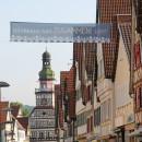 """Es ist das Banner """"Kirchheim hält zusammen"""" in der Marktstraße mit Blick auf das Rathaus zu sehen."""