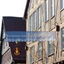 """Banner """"Kirchheim hält zusammen"""" vor Fachwerkfassaden."""