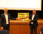 Verabschiedung von Bürgermeister Stefan Wörner in der Sitzung des Gemeinderates vom 21.07.2021 nach seiner Wahl zum Bürgermeister der Stadt Pfullingen (Amtsantritt zum 01.08.2021). Oberbürgermeister Dr. Pascal Bader übergibt Bürgermeister Stefan Wörner ei