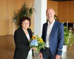 Ehrung von Stadträtin Marianne Gmelin für 25 Jahre ehrenamtliche Tätigkeit im Gemeinderat der Stadt Kirchheim unter Teck - Sitzung des Gemeinderates am 21.07.2021. Oberbürgermeister Dr. Pascal Bader überreicht ihr einen Blumenstrauß.