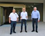 Ötlingens Ortsvorsteher Hermann Kik, Oberbürgermeister Dr. Pascal Bader und Lindorfs Ortsvorsteher Dr. Alexander Forkl bei der offiziellen Schlüsselübergabe der Eduard-Mörike-Mehrzweckhalle mit Mensa in Ötlingen.