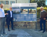 Dr. Frank Bauer, Oberbürgermeister Dr.Pascal Bader  und Martin Lude enthüllen am Kirchheimer Schlossplatz eine neue Infotafel, die Besucherinnen und Besucher über das historische Gebäude-Ensemble an diesem Platz informiert.