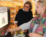 Stadtbücherei_Sachgebietsleiterin Ingrid Gaus (l.) erklärt das neue Verbuchungsverfahren