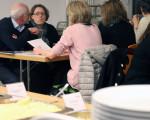 Eltern bei der Verköstigung in der Alleenschule ©Stadt Kirchheim unter Teck