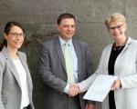 Oberbürgermeisterin Matt-Heidecker übergibt die Bewilligungsurkunde der Bürgerstiftung an Kay Sonntag und Dr. Sandra Kirsamer©Stadt Kirchheim unter Teck