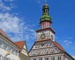 Der obere Teil des Kirchheimer Fachwerk-Rathauses bei gutem Wetter mit blauem Himmel