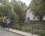 Mehrere Personen stehen auf der Kirchheimer Herdfeldbrücke
