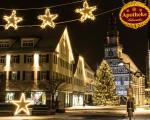 Blick von der Fußgängerzone über den Marktplatz zum Rathaus bei Weihnachtsbeleuchtung