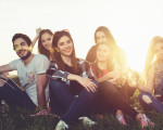 sechs Jugendliche auf einer Wiese vor dem Sonnenuntergang