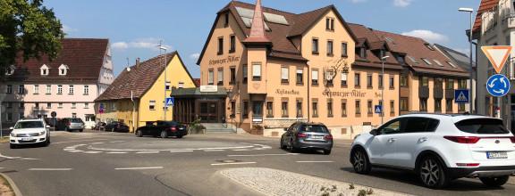 Kreisverkehr mit Autos an der Bastion