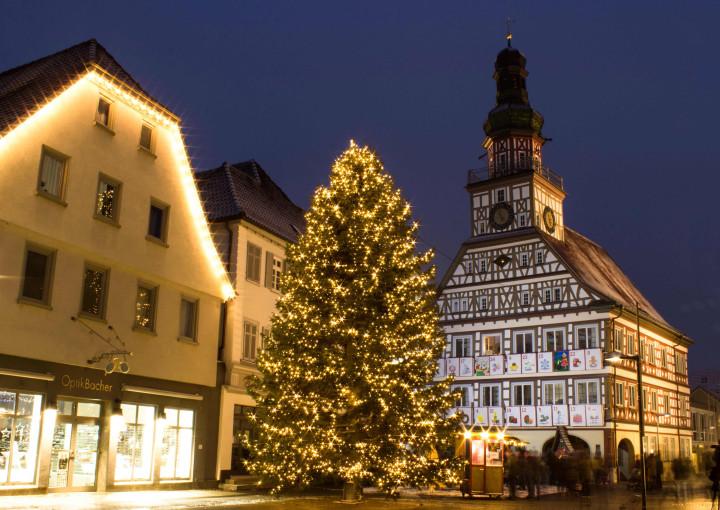 Der erleuchtete Weihnachtsbaum von 2017 vor dem Kirchheimer Rathaus