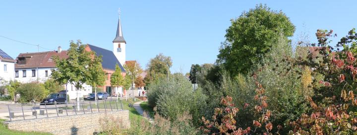 Ansicht auf Kirche und Rathaus in Jesingen