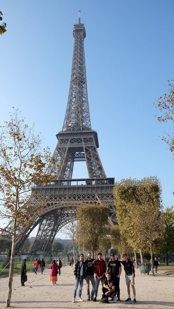 Die Jugendlichen vor dem Eiffelturm in Paris