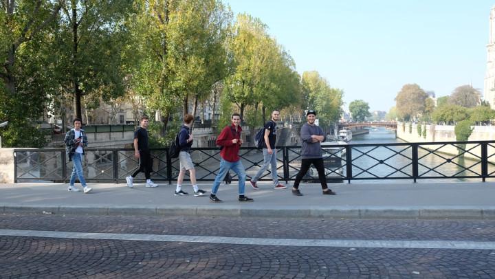 Die Jugendlichen laufen gemeinsam über eine Brücke