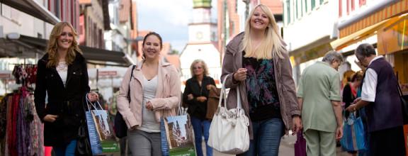 Drei Freundinnen beim Bummeln durch Kirchheim unter Teck