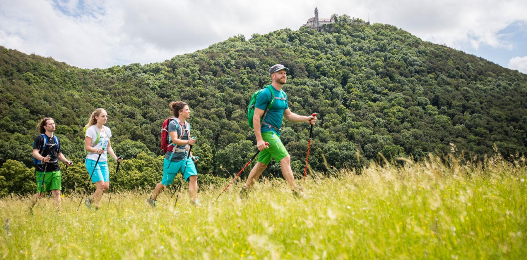 Junge Wandergruppe, im Hintergrund die Burg Teck