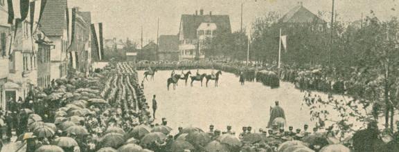 Auf einem Bild in schwarz-weiß aus dem Jahr 1916 ist eine Versammlung auf dem Rossmarkt zu sehen.
