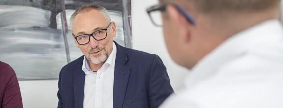 Kirchheims Erster Bürgermeister Günter Riemer in einer Gesprächssituation.