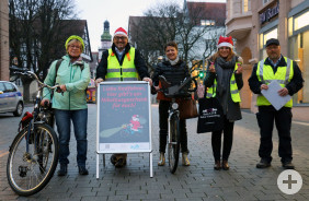Nikolaus-Aktion in der Kirchheimer Innenstadt: Bürgermeister Riemer und Mitarbeiter der Stadtverwaltung zusammen mit zwei Radlerinnen.