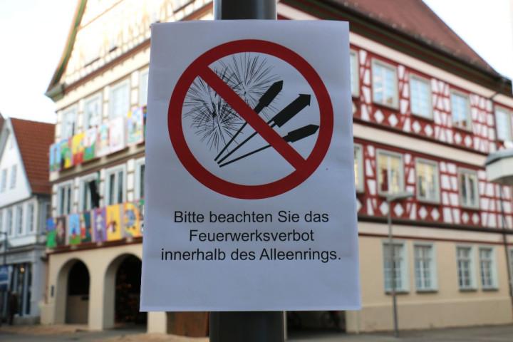 Ein Schild, das auf das Feuerwerksverbot in der Innenstadt aufmerksam macht, vor dem Kirchheimer Rathaus