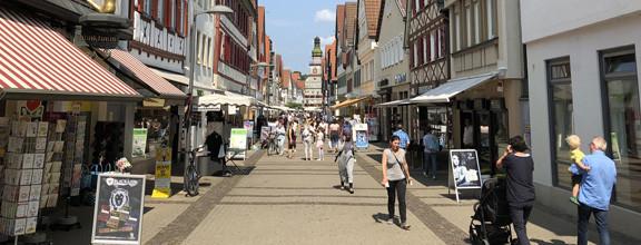 Fußgängerzone mit Blick aufs Kirchheimer Rathaus