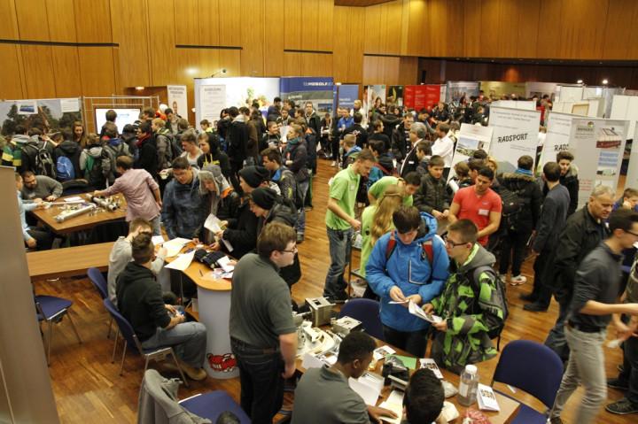 Viele Besucher auf der Berufsinfomesse im Jahr 2018