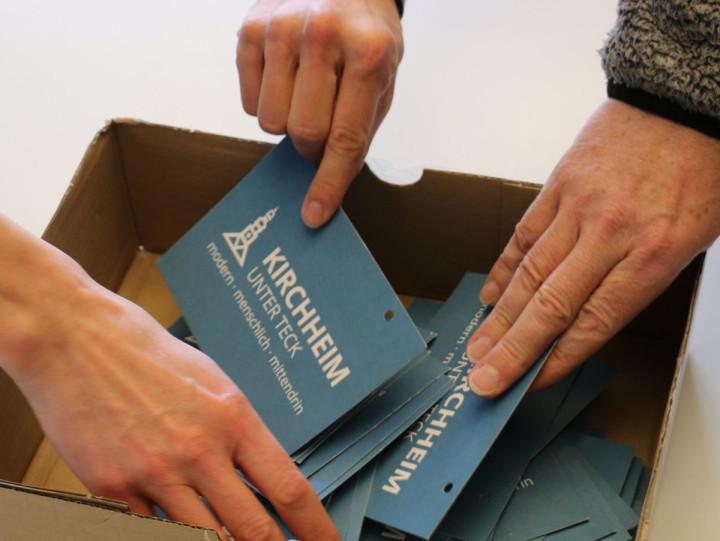 Mehrere Hände greifen in eine Losbox zur Auslosung der Vertreterinnen und Vertreter für das Fachforum Flächennutzungsplan 2035 © Stadtverwaltung Kirchheim unter Teck (Johannes Dangel)