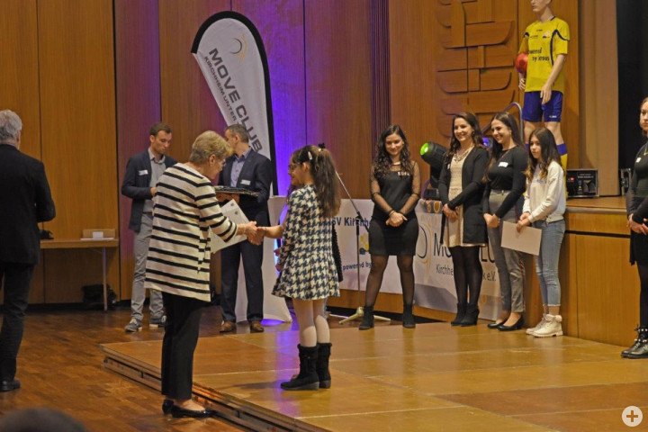 Oberbürgermeisterin Angelika Matt-Heidecker gratuliert einer Preisträgerin bei der Sportlerehrung am 10.02.2019