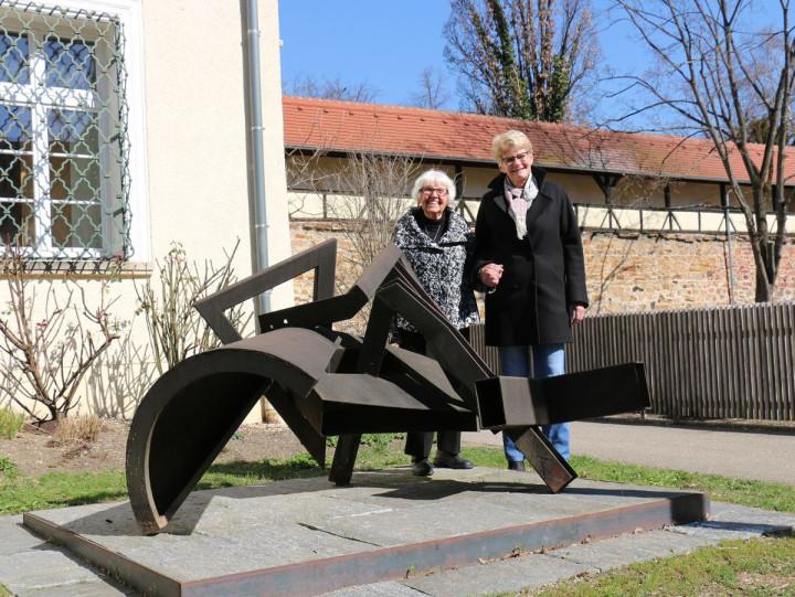 """Doris Nöth und Oberbürgermeisterin Matt-Heidecker stehen hinter der Skulptur """"Bell Hop"""" am Kirchheimer Vogthaus."""
