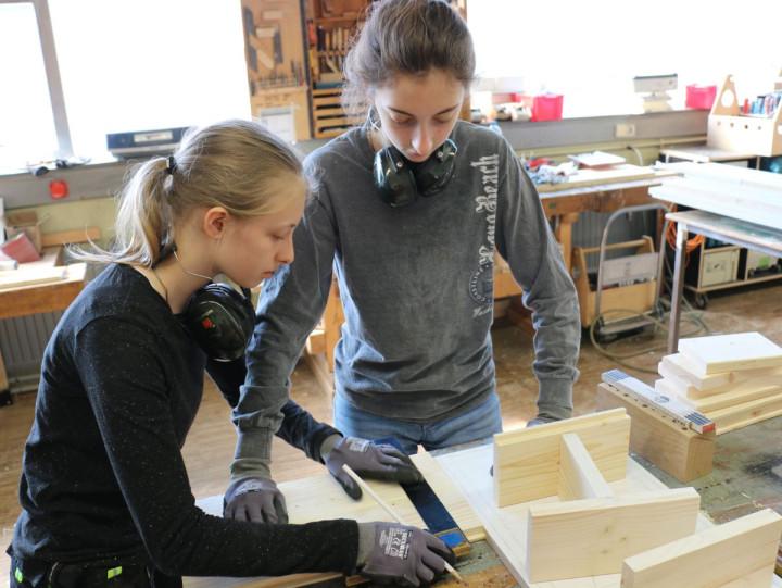 Zwei Mädchen bauen ein Insektenhotel beim Girls'Day 2019 bei der Stadtverwaltung Kirchheim unter Teck