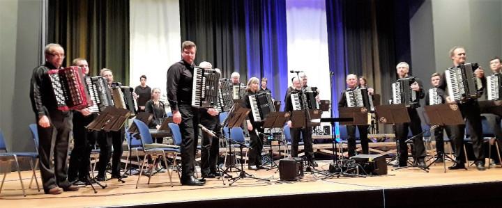 Das Akkordeonorchester des Zither- und Harmonikavereins Kirchheim beim Konzert vom 30. März in der Kirchheimer Stadthalle