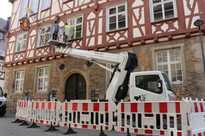 Zwei Mitarbeiter des Baubetriebsamtes bei Sanierungsarbeiten am Spitalgebäude