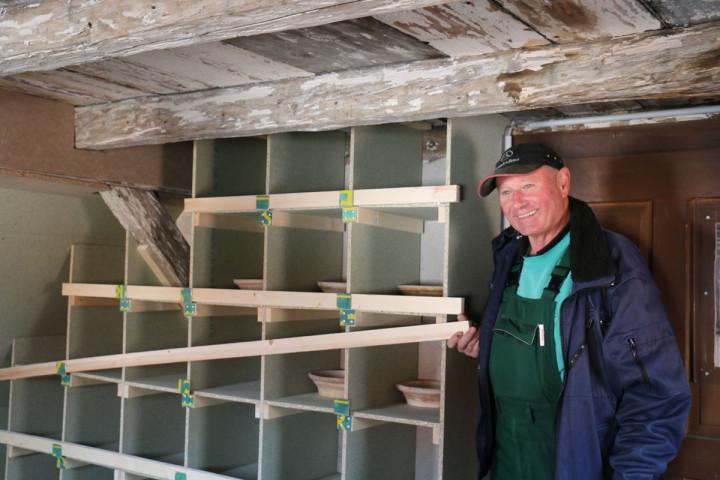 Taubenwart Hans-Joachim Hennings präsentiert den neuen Taubenschlag in der Dreikönigsstraße