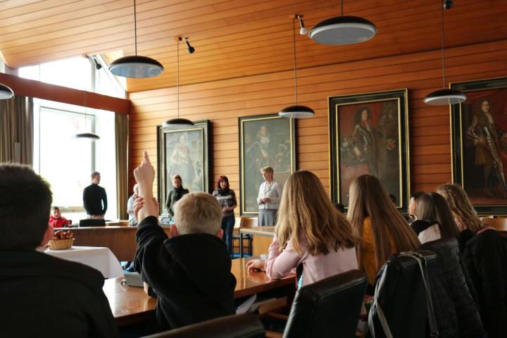 Die Schülerinnen und Schüler durften der Oberbürgermeisterin ihre Fragen stellen
