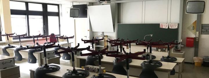 Ein NWT-Raum in der Freihof-Realschule vor seiner Sanierung mit Tischen, Stühlen, Tafel und zwei Röhrenbildschirmen