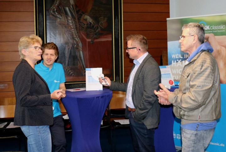 Oberbürgermeisterin Matt-Heidecker, Bürgermeister Wörner und Personalrat Wolfgang Rau testen ihre Griffstärke.