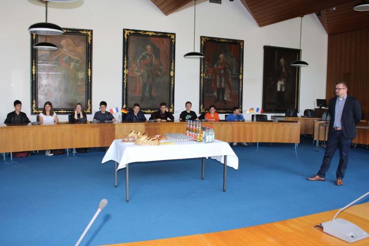 Bürgermeister Stefan Wörner (rechts) begrüßt die Schülerinnen und Schüler